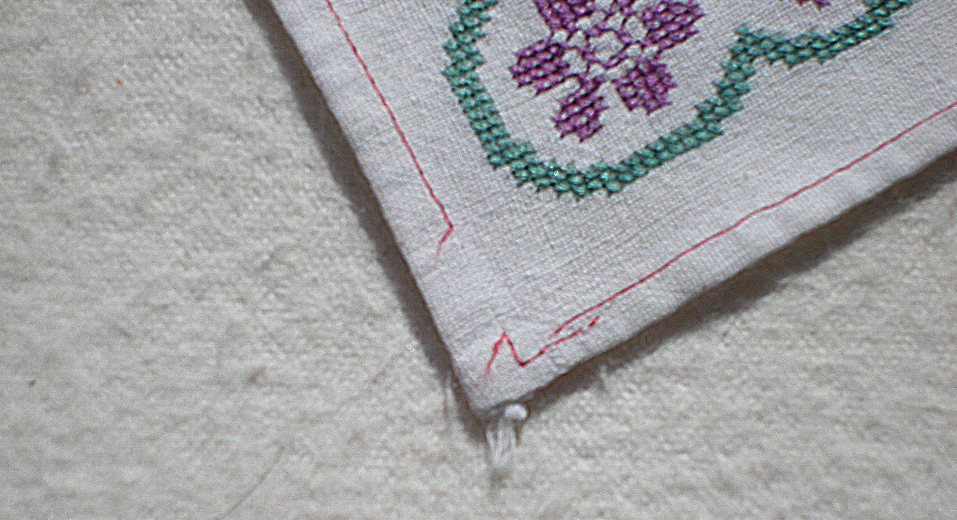 Что сделать с краями вышивки